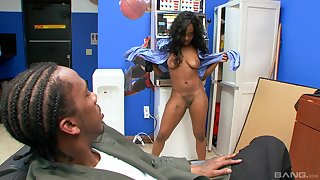 Big booty ebony Toni Sweets cheats on her boyfriend in public